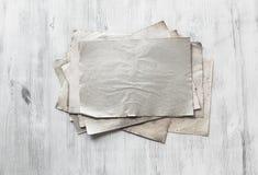 Papeles viejos en fondo de madera Imagenes de archivo