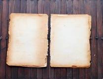 Papeles viejos en un vector de madera Imagenes de archivo