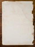 Papeles viejos en una tabla de madera Imagen de archivo