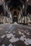 Papeles y bancos dispersados, vitrales y murales - iglesia abandonada - Nueva York fotos de archivo libres de regalías