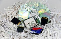 Papeles y dispositivos de almacenamiento destrozados de los datos Imagenes de archivo