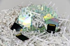 Papeles y dispositivos de almacenamiento destrozados de los datos Fotos de archivo
