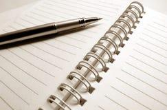 Papeles y pluma de nota fotografía de archivo libre de regalías