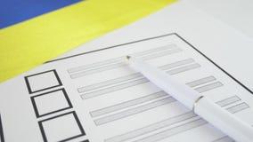 Papeleta electoral de votación con la pluma blanca en Ucrania metrajes