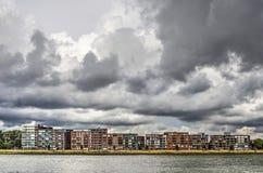 Papendrechtwaterkant onder een stormachtige hemel royalty-vrije stock fotografie