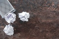 paper avfall skrynkla papper som faller till återanvändningsfacket, kastades för att belägga med metall korgfacket, flödande över arkivbilder