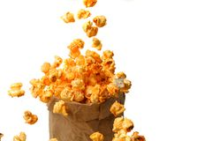 Paper-bag τεχνών εύγευστο popcorn στο άσπρο υπόβαθρο Στοκ εικόνες με δικαίωμα ελεύθερης χρήσης