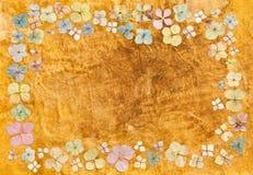 Paper bakgrund för tappning med vanlig hortensiablommor Arkivbild