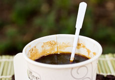 Paper cup of black coffee and coffee bean Royalty Free Stock Photography