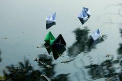 Paper fartyg som flottörhus på vatten Royaltyfri Bild