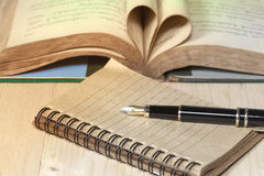paper and fountain pen on wooden Stock Images