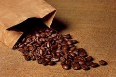 Paper hänger lös med kaffebönor Royaltyfri Fotografi