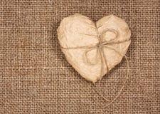 Paper hjärta på en burlap arkivfoton