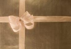 paper inpackning för bowguld Arkivfoton