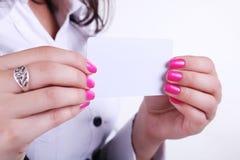 Paper kort i kvinnahänder Arkivfoton