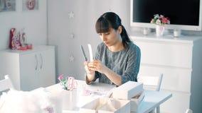 paper kvinna för cutting arkivfilmer
