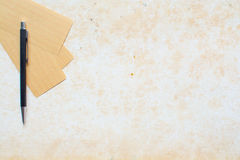 Paper note and pen on grunge background Royalty Free Stock Photos