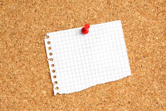 Paper note on the pin board Royalty Free Stock Photos