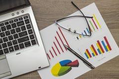 paper täta datafingrar för analys blyertspennasiktskvinnan Arkivbild