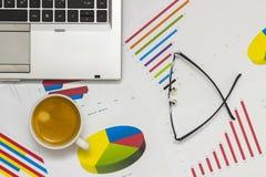 paper täta datafingrar för analys blyertspennasiktskvinnan Arkivfoto