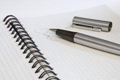 Paperblock e lápis com coração Fotografia de Stock Royalty Free