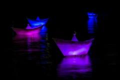Paperboats på vattnet Arkivbilder
