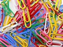 paperclip покрашенный предпосылкой Стоковые Фото