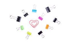 Paperclip del cuore nei bordi concentrare con il paperclip multicolore b Fotografia Stock Libera da Diritti