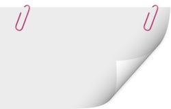 Paperclip die een leeg document blad houdt Stock Afbeeldingen