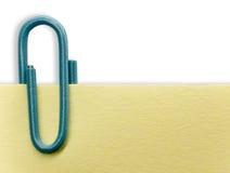 Paperclip em uma nota Imagens de Stock