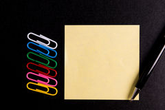 Paperclip en post-itdocument nota Stock Afbeelding