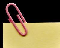 Paperclip en una nota Fotos de archivo libres de regalías