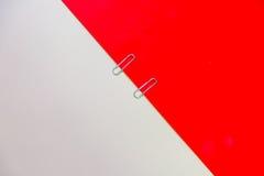 Paperclip met rood en roomachtergrond Royalty-vrije Stock Foto's