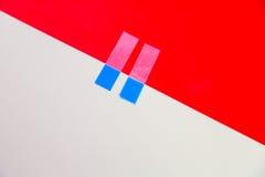 Paperclip met rood en roomachtergrond Stock Fotografie