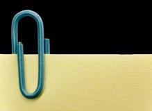 Paperclip op een nota Stock Foto