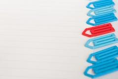 Paperclip op een Witboek Stock Afbeeldingen