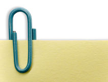 Paperclip su una nota Immagini Stock