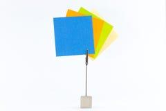 Papercliphåll färgade klibbiga anmärkningar Arkivfoton