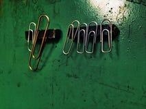 Paperclippen op magneet Stock Afbeelding