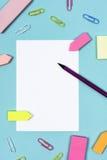 Paperclips карандаша белой бумаги и бумаги цвета напоминания Стоковое Изображение RF