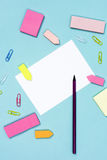 Paperclips карандаша белой бумаги и бумаги цвета напоминания Стоковое фото RF