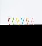 Paperclips coloridos blancos y negros Imagen de archivo