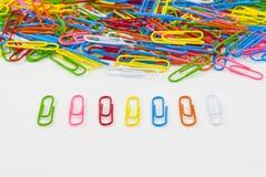 Paperclips coloridos en el fondo blanco aislado Foto de archivo