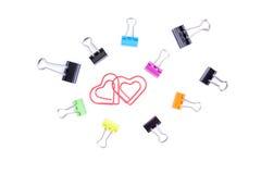 Paperclips del cuore nei bordi concentrare con il paperclip multicolore Fotografia Stock Libera da Diritti