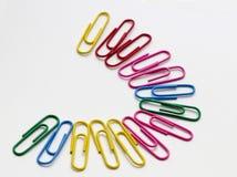 Paperclips en diverso color aislados Fotografía de archivo