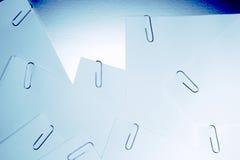 Paperclips i papperen Arkivfoton