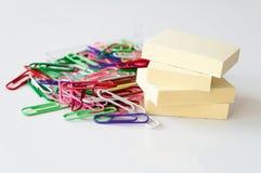 Paperclips och posta-det noterar Royaltyfria Foton