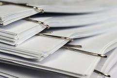 Paperclips på skrivbordsarbete Arkivbild