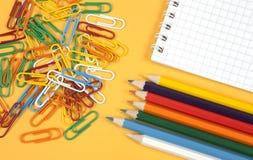 Paperclips y creyones coloridos Imagen de archivo