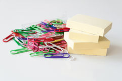 Paperclips y notas de post-it Fotos de archivo libres de regalías